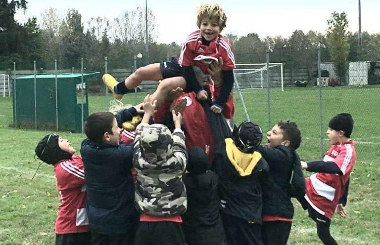 Piccoli giocatori di rugby rimini fanno la touche sul campo