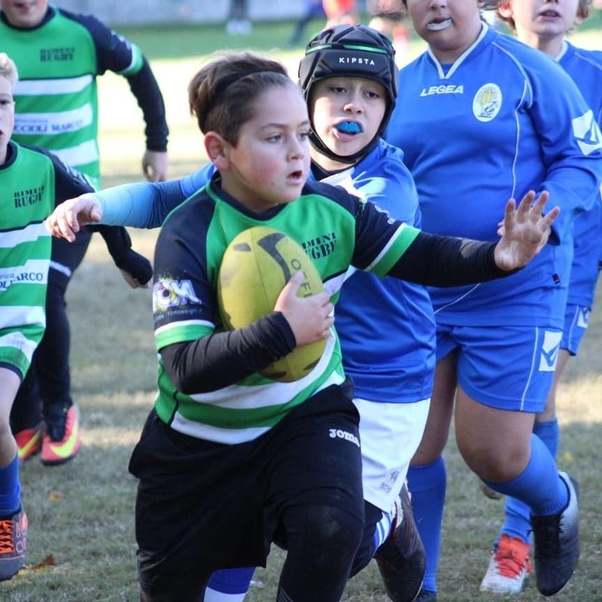Giocatore difende il possesso di palla