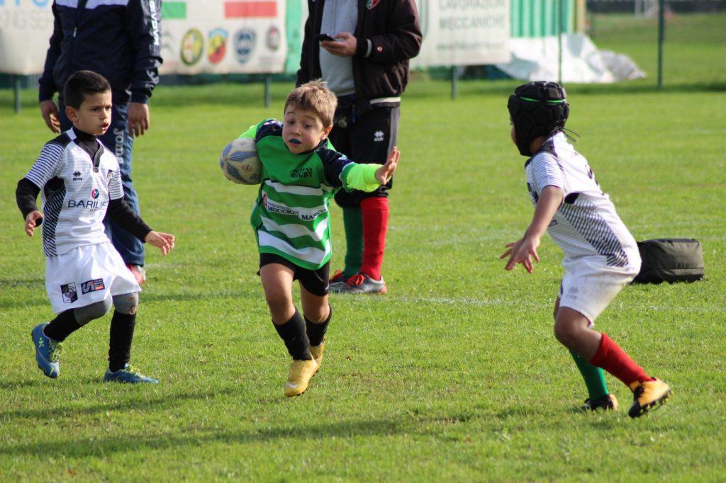 Giovanissimo rugbista difende palla