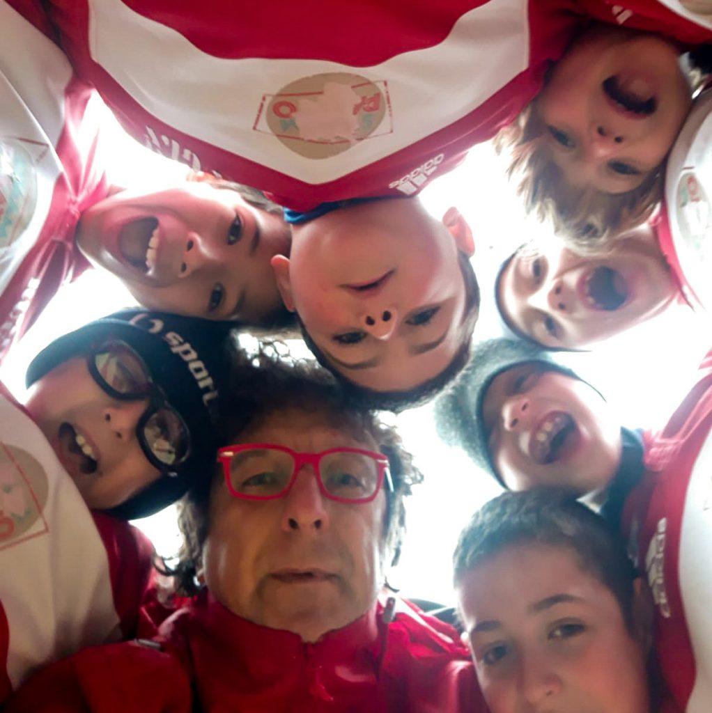 Foto dal basso per rugbisti e coach