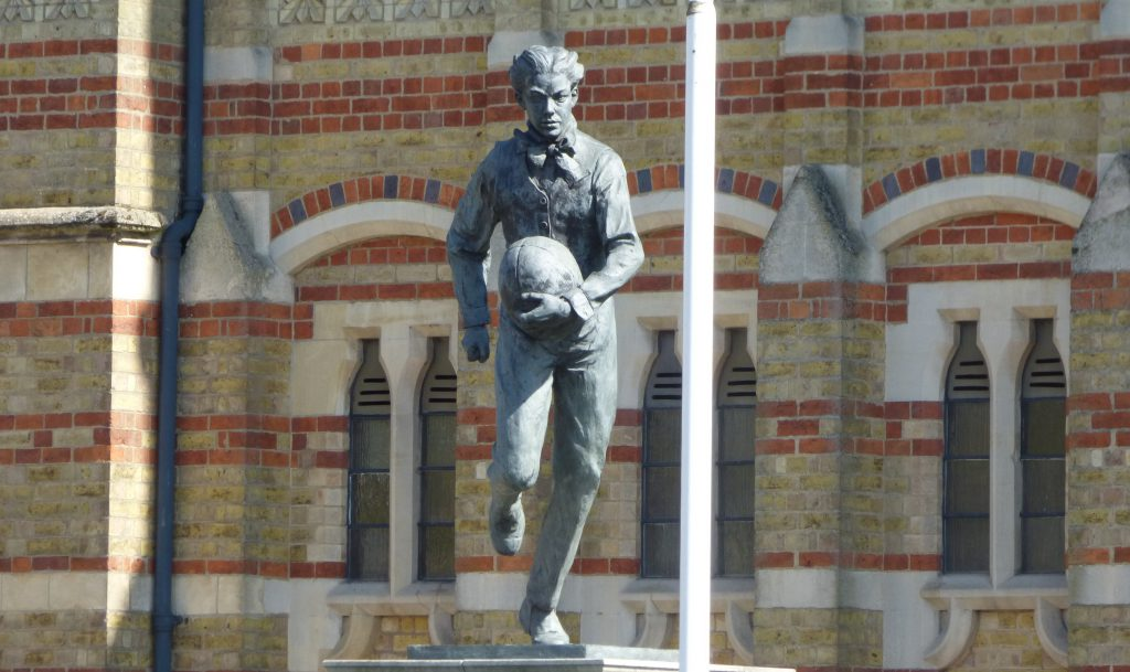 Statua di William Webb Ellis in bronzo