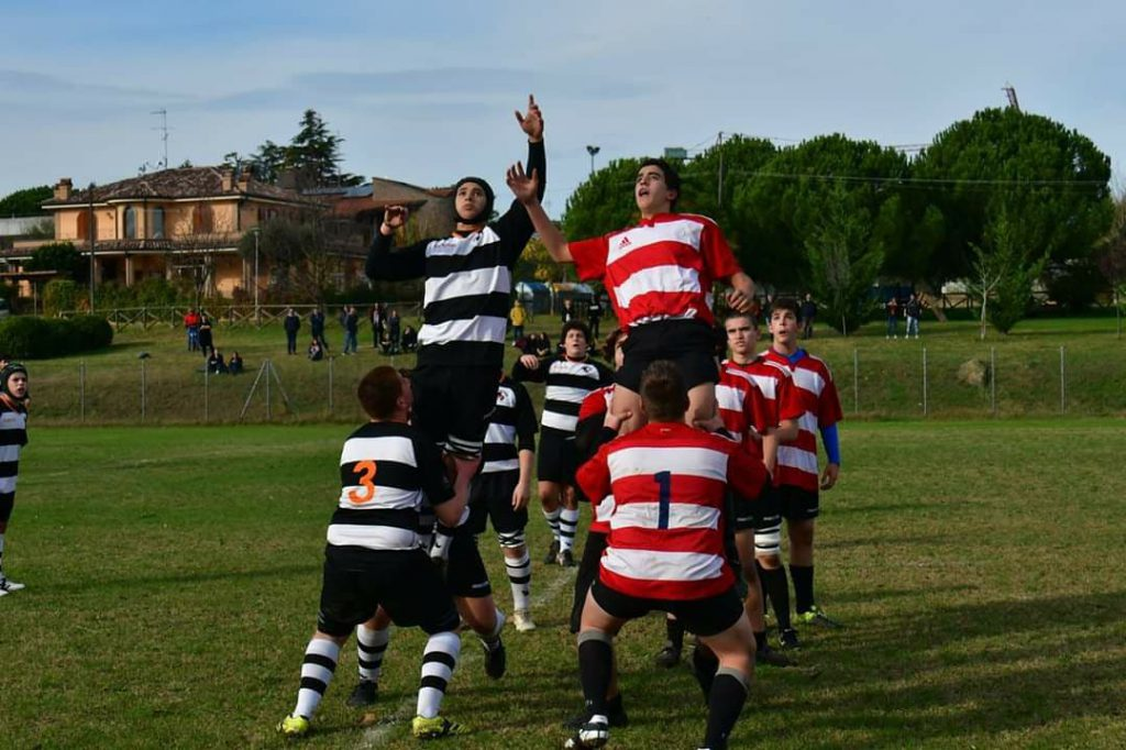 Due Touche in campo rugby