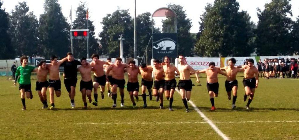 Corsa di rugbisti under 18 a torso nudo